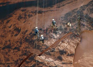 massive rock crash dam arizona, Massive rock threatening to crash into base of Arizona dam, Massive 500,000-pound rock threatening to collapse and damage dam near Flagstaff (Arizona), massive rock threatens arizona rock, giant chunk of rock could fall on Arizona dam, Workers stabilize the 500,000-pound giant chunk of sandstone along the Glen Canyon dam near Page, Arizona
