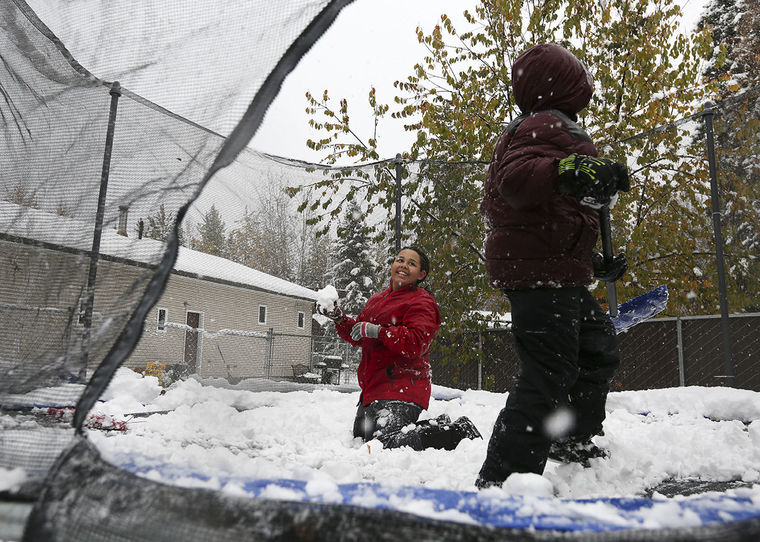 snow fairbanks september 2015, first snow fairbanks september 2015, heaviest first snow fairbanks september 2015, strong snowstorm fairbanks september 2015, fairbanks snow photo septem,ber 2015, strong snowstorm engulfs fairbanks, alaska september 2015