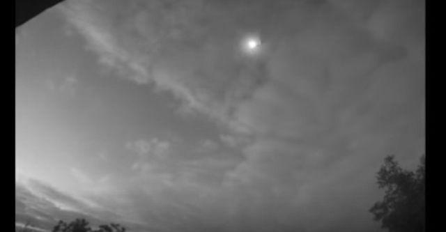 fireball kiev october 2015, fireball kiev video, video fireball ukraine, Яркий болид в небе над Киевом 10 октября 2015 года 6:30 утра по местному времени, fireball kiev video october 2015, meteor kiev october 2015 video