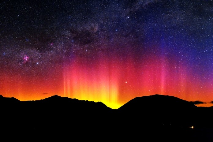 Southern lights, aurora australis, Southern lights picture, aurora australis picture, red aurora australis over new zealand, new zealand souhtern lights, best southern lights pictures, like a rainbow but these are Southern lights over New zealand.