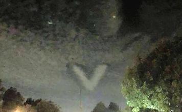 strange V-shaped cloud hovering Carson California, strange V-shaped cloud hovering Carson California photo, strange V-shaped cloud hovering Carson California video, strange V-shaped cloud hovering Carson California september 27 2015, strange V-shaped cloud hovering Carson California lunar eclipse, strange V-shaped cloud hovering Carson California harvest moon lunar eclipse