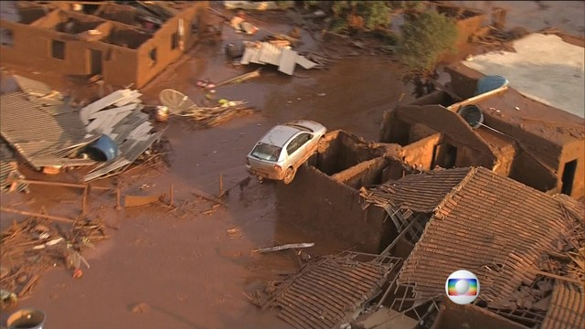 brazil dam disaster Bento Rodrigues, brazil dam disaster Bento Rodrigues pictures, dam collapse brazil, damm collapse and mud floods brazil, brazil dam disaster Bento Rodrigues videos, After the dam collapse, toxic mining sludge flooded Bento Rodrigues in Brazil, Barragens se rompem e enxurrada de lama destrói distrito de Mariana, Dam Break Floods Village With Mud in Brazil, Barragem rompe e deixa mortos e desaparecidos em Mariana, no centro de Minas Gerais, Barragens se rompem bento rodrigues