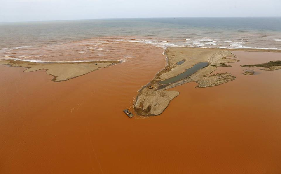 largest environmental disaster brazil, mining disaster bento rodriges, largest environmental disaster brazil: bento rodriges, The Worst Environmental Disaster in Brazil History, brazil mining disaster worst in history, bento rodriges worst environmental disaster brazil november 2015, pollution of mining disaster reaches atlantic ocean