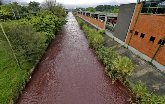 red water river medellin 2015, red water medellin halloween 2015, water turns blood red in Medellin river, river in medellin turns red, water of medellin river turns blood red, red water medellin october 31 2015, río Medellín rojo, El rio Medellin amanecio de color rojo, The Medellin river turned suddenly blood red on October 31 2015