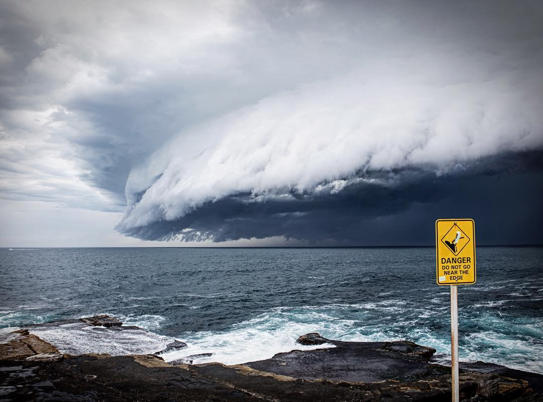 terrifying Shelf Cloud Sydney Bondi Beach, Shelf Cloud Sydney Bondi Beach pictures, Shelf Cloud Sydney Bondi Beach videos, Amazing Shelf Cloud Rolls Over Sydney Bondi Beach, terrifying cloud sydney, storms sydney, sydney storm pictures, apocalyptical cloud bondi beach sydney storm november 2015
