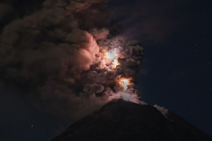 volcanic lightning, volcano lightning, volcano lightning picture, volcanic lightning colima, volcanic lightning colima volcano, volcanic lightning november 2015, colima volcano eruption october 2015, volcano lightning , lightning volcano picture, This intense volcanic lightning was caught by Thorsten Boeckel on October 28, 2015 at Colima Volcano in Mexico