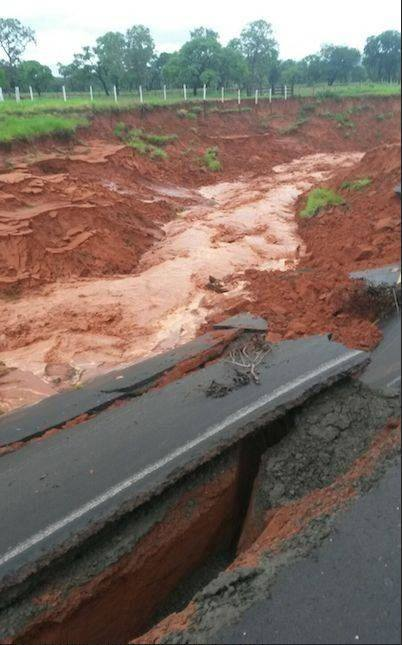 giant crack paraguay, giant crack paraguay video, giant crack paraguay photo, giant crack paraguay picture, route III destroyed by overflow, route swallowed in Paraguay, road collapse paraguay, giant crack destroys road in paraguay, Ruta III queda destrozada por desborde de arroyo