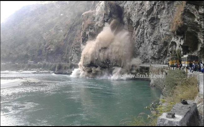 landslide india, Chandigarh-Manali highway blocked after major landslide, Landslide at Manali Chandigarh Highway, giant landslide blocks highway in India, India landslide highway, highway blocked by giant landslide in India