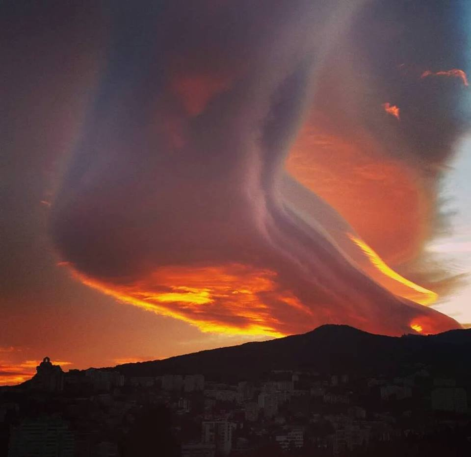 lenticular yalta, lenticular clouds yalta, gigantic lenticular clouds yalta, giant lenticular cloud crimea, huge lenticular cloud yalta crimea, apocalyptical lenticular cloud appear at sunset in the sky of Yalta on December 23 2015
