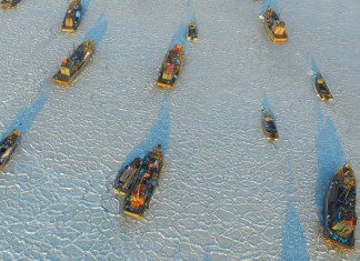 sea ice traps boat china, china cold wave, cold wave in china traps boats in ice, ice traps boats in china, china cold wave pictures, china boats trapped in ice pictures