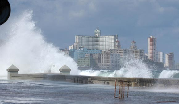 giant waves flood havana cuba, cuba havana flood, flooding havana, malecon havana flood, Malecón de La Habana se inunda con olas de 3 metros, Penetración del mar en el Malecón de La Habana, havana flooded, floods havana cuba, havana flooded by giant waves, Giant waves flood Havana Cuba, malecon flooded, havana flooded, cuba flooded by giant waves, Giant waves flood The Malecón in Havana Cuba, Giant waves flooded The Malecón in Havana, Cuba on January 17, 2016 after a monster oceanic storm created 3-meter-high monster waves.