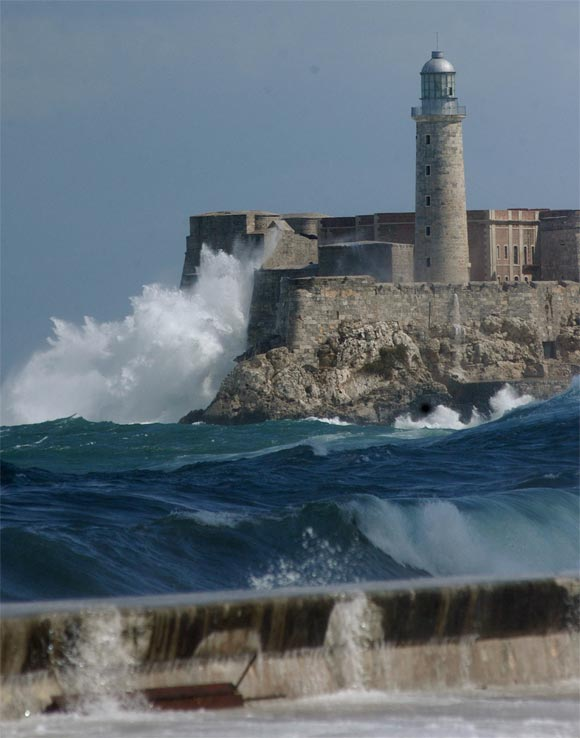 Giant waves flood The Malecón in Havana, Cuba - Strange Sounds