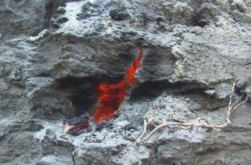 mysterious burning crack ecuador, mysterious burning crack ecuador pictures, mysterious burning crack ecuador video, Investigan grieta de fuego en parroquia de Chimborazo, grieta fuego chimborazo ecuador, mystery burning crack ecuador january 2016, burning crack gases ecuador january 2016, bruning crack and gases ecuador volcanic origin