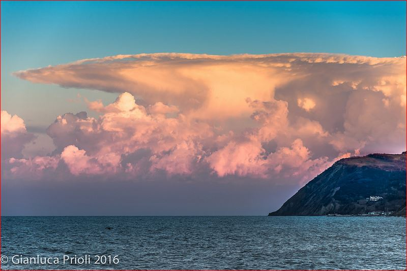 anvil cloud italy, rimini anvil cloud, anvil cloud pictures rimini, anvil cloud pictures italy, stormcloud italy 2016