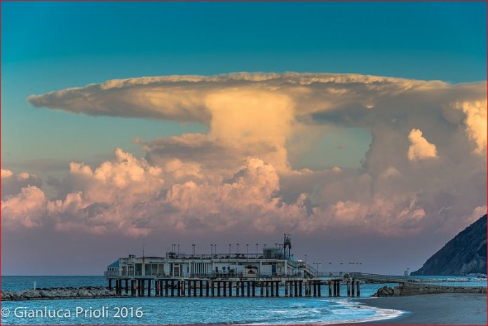 anvil cloud italy, rimini anvil cloud, anvil cloud pictures rimini, anvil cloud pictures italy, stormcloud italy 2016