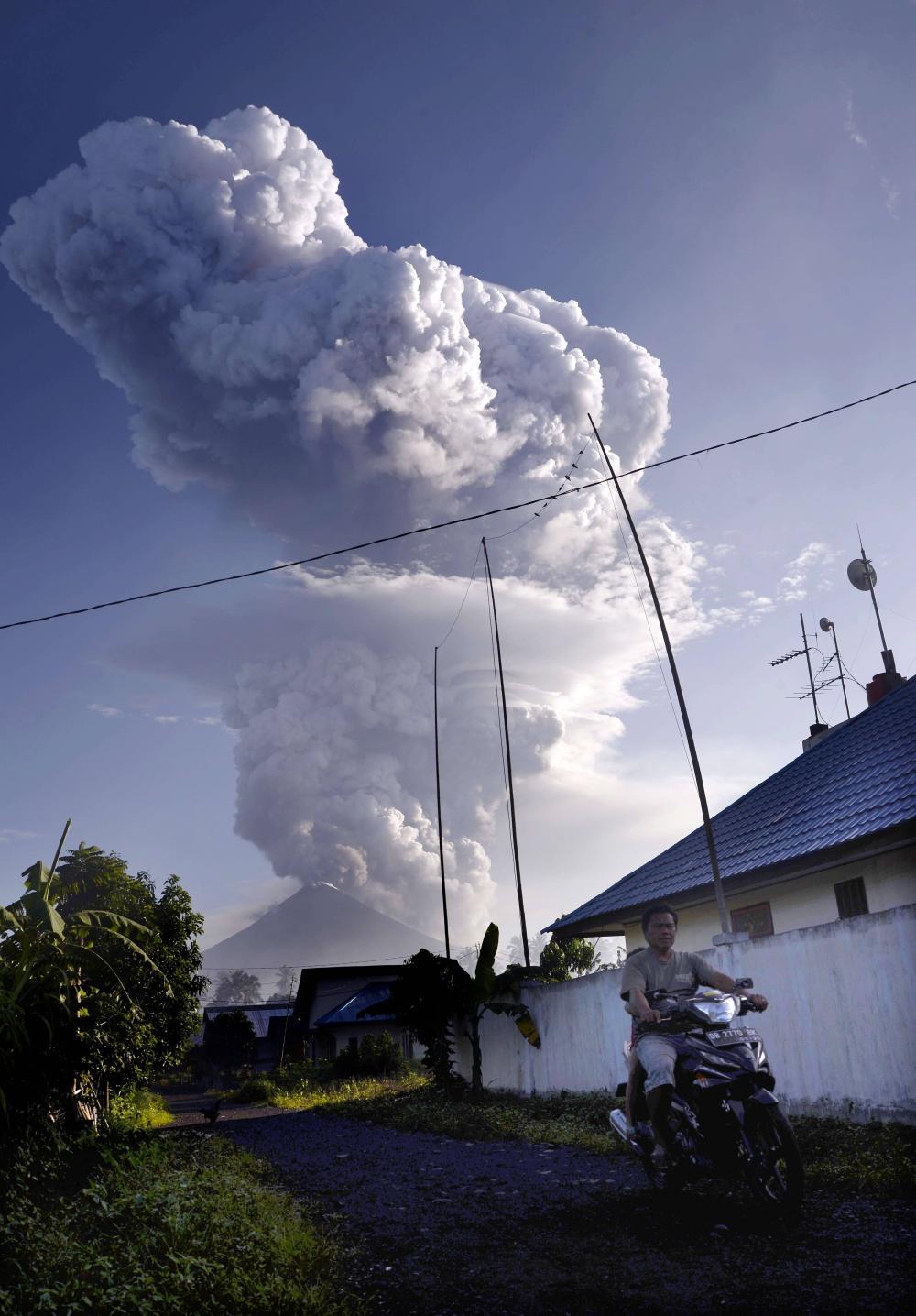 soputan volcano eruption, soputan volcano eruption pictures, soputan volcano eruption videos, soputan volcano eruption january 2016, soputan volcano eruption january 2016 pictures and videos
