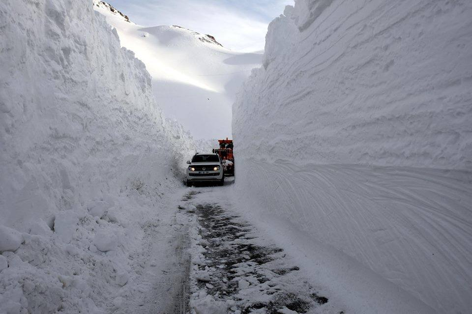 turkey snow mountain, clearing up roads in turkey, snow turkey january 2016, snow storm turkey january 2016, ice age turkey january 2016, meters of snow accumulate in mountianous areas of turkey