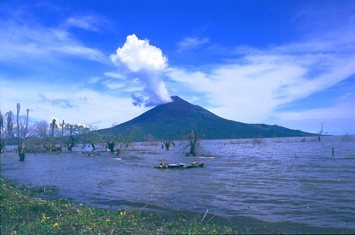 Momotombo volcano, enhanced volcanic activity nicaragua, volcano activity nicaragua, 4 volcanoes erupt in nicaragua, nicaragua 4 active volcanoes, experts concerned by high level of volcanic activity in Nicaragua