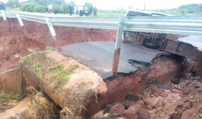 sinkhole swallows bus Paraguay, bus swallowed by giant sinkhole in paraguay, paraguay bus sinkhole february 2016, sinkhole swallows bus in paraguay february 2016