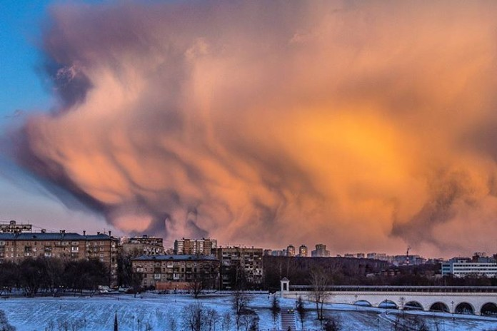 apocalyptical cloud moscow, giant cloud moscow, moscow clouds march 19 2016, mysterious cloud moscow march 19 2016, unusual clouds over moscow, weird clouds moscow march 2016 pictures, monster clouds moscow video