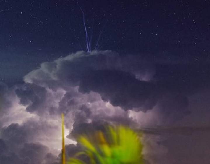 Pulsating blue jet fires up from the top of a thunderstorm over Darwin, Australia Blue-jet-thunderstorm-picture-2