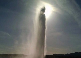 jesus christ appears in fountain hills fountain, jesus christ fountain arizona, arizona fountain shapes like jesus christ, jesus christ in arizona fountain on Easter Sunday, jesus christ appears in Fountain Hills, Arizona, fountain hills arizona fountain takes shape of Jesus christs on easter Sunday