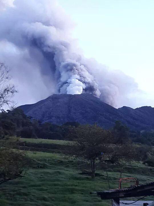 Turrialba volcano eruption, earthquake swarm turrialba volcano, earthquake swarm irazu volcano, earthquake swarm between two volcanoes in Costa Rica, two volcanoes hit by earthquake swarm in costa rica, costa rica, volcano earthquake swarm