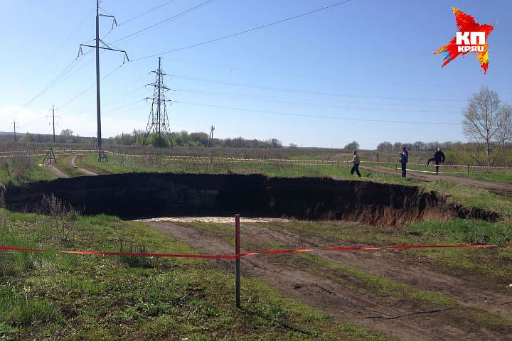 huge sinkhole Ufa russia april 27 2016, huge sinkhole russia video, video sinkhole ufa, ufa sinkhole april 27 2016 video, Под Уфой провалилась дорога рядом с федеральной трассой,