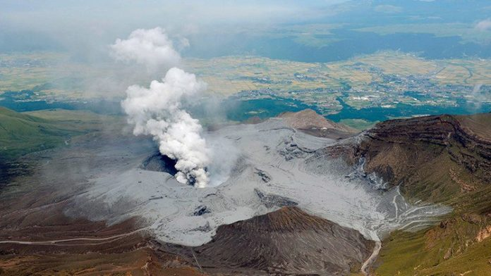 mount aso japan eruption april 15 2016, mount aso japan eruption april 15 2016 after earthquakes, mount aso japan eruption april 15 2016 after devastating earthquake japan, aso volcano erupts after earthquakes april 2016