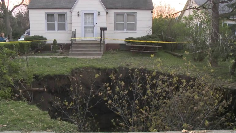 sinkhole des moines iowa, sinkhole des moines iowa picture, sinkhole des moines iowa video, sinkhole des moines iowa april 13 2016, sinkhole swallows up front yard in des moines iowa