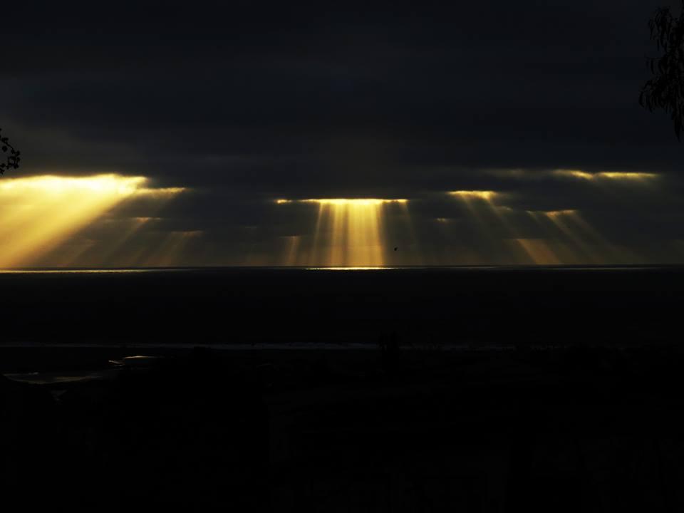 sun rays reflect spectacular ocean ray chile