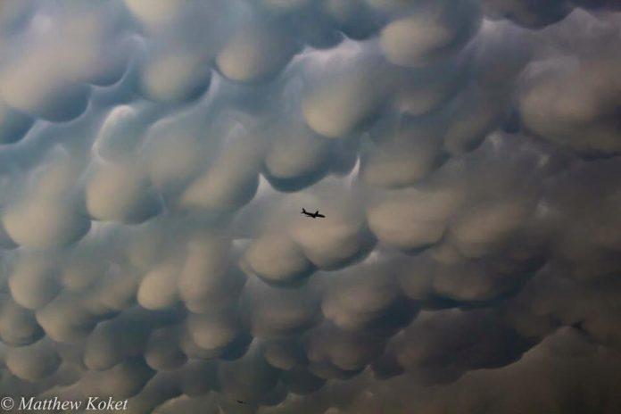 mammatus clouds swallow plane, mammatus clouds texas, mammatus clouds aircraft coryth texas, airplane eaten by mammatus clouds texas may 2016, plane and mammatus clouds texas