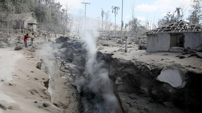 sinabung eruption kills 3 may 21 2016, sinabung volcano eruption kills 3 indonesia, deadly eruption sinabung volcano, indonesian volcano eruption kills 3 and injures 4, latest volcano eruption may 2016, deadly volcano eruption sinabung may 2016