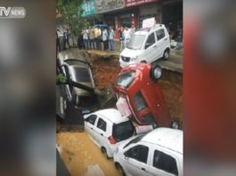 sinkhole swallows 4 cars china video, sinkhole swallows 4 cars china video may 2016, giant sinkhole swallows cars china video, sinkhole swallows car china may 2016 video, giant sinkhole swallows four cars in China, giant sinkhole swallows four cars in China video, Un socavón se traga cuatro coches y varios árboles en China, doline avale 4 voitures chine, sinkhole avale voiture chine video