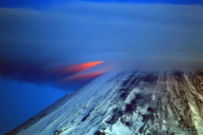 lenticular cloud erupting volcano kamchatka, lenticular clouds Klyuchevskoy Volcano june 2016, lenticular clouds Klyuchevskoy Volcano june 2016 picture, lenticular clouds Klyuchevskoy Volcano june 2016 photo, ufo clouds over volcano kamchatka june 2016, lenticular forms over erupting volcano pictures june 2016