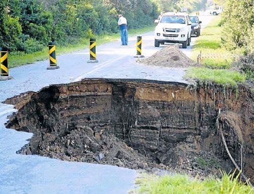 sinkhole port elizabeth, sinkhole june 2016, sinkhole swallows bulldozer, bulldozer sinkhole south africa june 2016, sinkhole june 2016, sinkhole june 2016 video