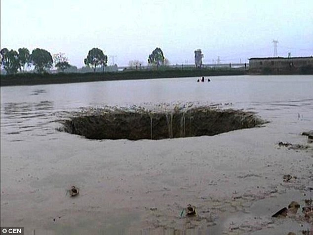 sinkhole swallows pond china, , rivers and lake disappears around the world, atoyac river disappears overnight mexico, lakes and rivers disappear around the world, sinkhole drains lake and river around the world