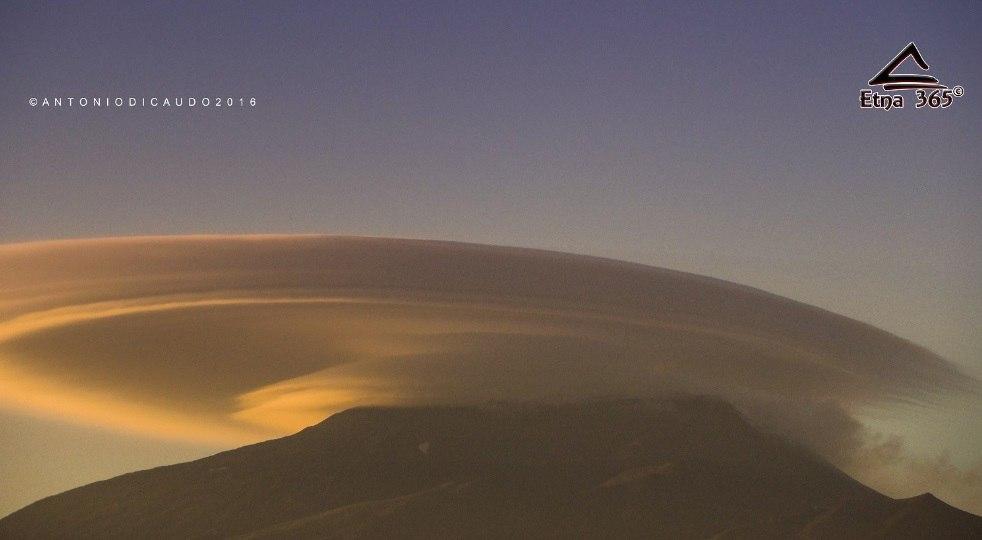 ufo refueling etna, lenticular cloud etna june 2016 pictures, lenticular cloud etna june 2016 video, ufo cloud, ufo cloud etna, lenticular cloud etna june 2016, nubi lenticolari etna foto, nubi lenticolari etna video