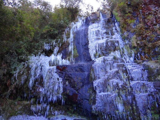 waterfall freezes brazil, waterfall freezes brazil pictures, waterfall frozen brazil june 2016, frozen waterfall brazil june 2016, frozen waterfall brazil june 2016 picture