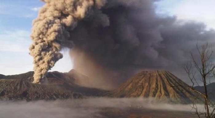 bromo eruption july 11 2016, bromo eruption july 11 2016 closes airport, airport closed after bromo eruption