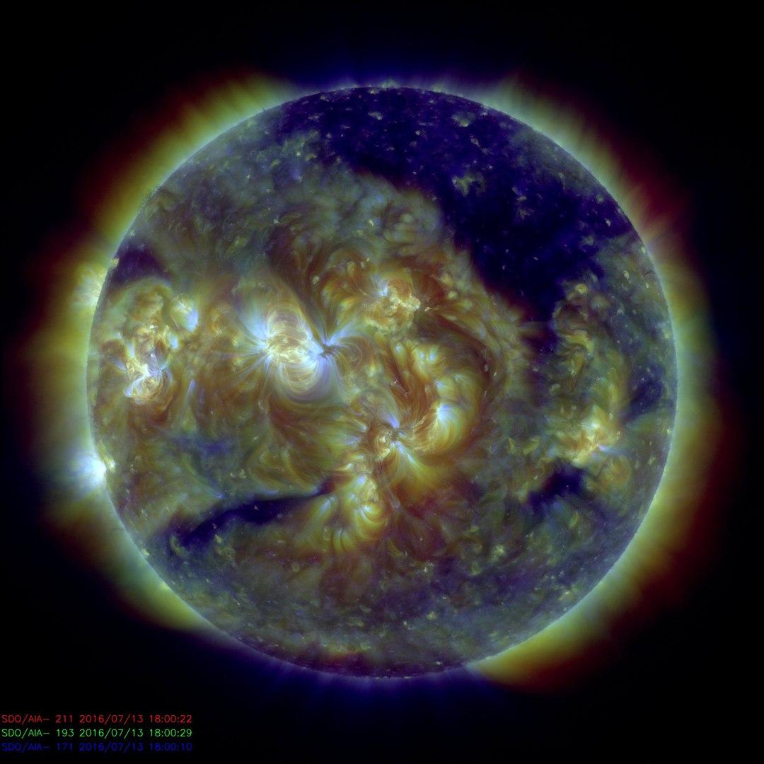 coronal hole, coronal hole july 13 2016, giant hole sun july 2016, giant coronal hole on the sun july 2016, Giant Hole Just Formed In The Sun