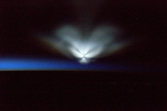 mysterious glowing object russia july 2016, ufo flying over russia, ufo in space, soyuz stand cloud in the sky, mysterious object in sky russia, ufo july 2016, The mysterious flying object captured from ISS by astronaut Jeff Williams