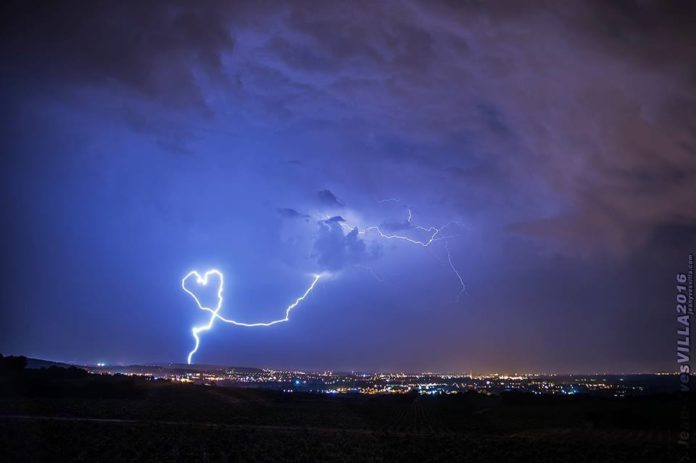 heart-shaped lightning strike, heart-shaped lightning picture, heart-shaped lightning, heart-shaped lightning strike