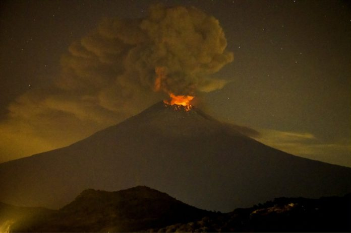 popocatepetl eruption mexico ash august 2016, popocatepetl eruption mexico ash august 2016 pictures, popocatepetl eruption mexico ash august 2016 video, mexico city covered in ash after eruption popocatepetl