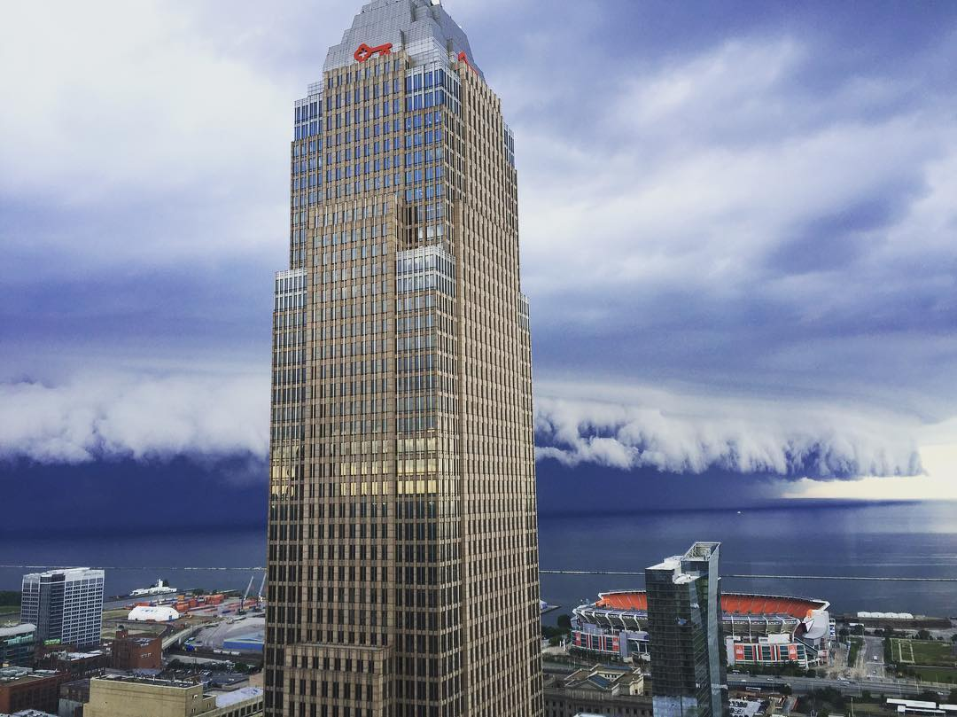Epic shelf cloud engulfs Cleveland, Ohio in pictures and ...