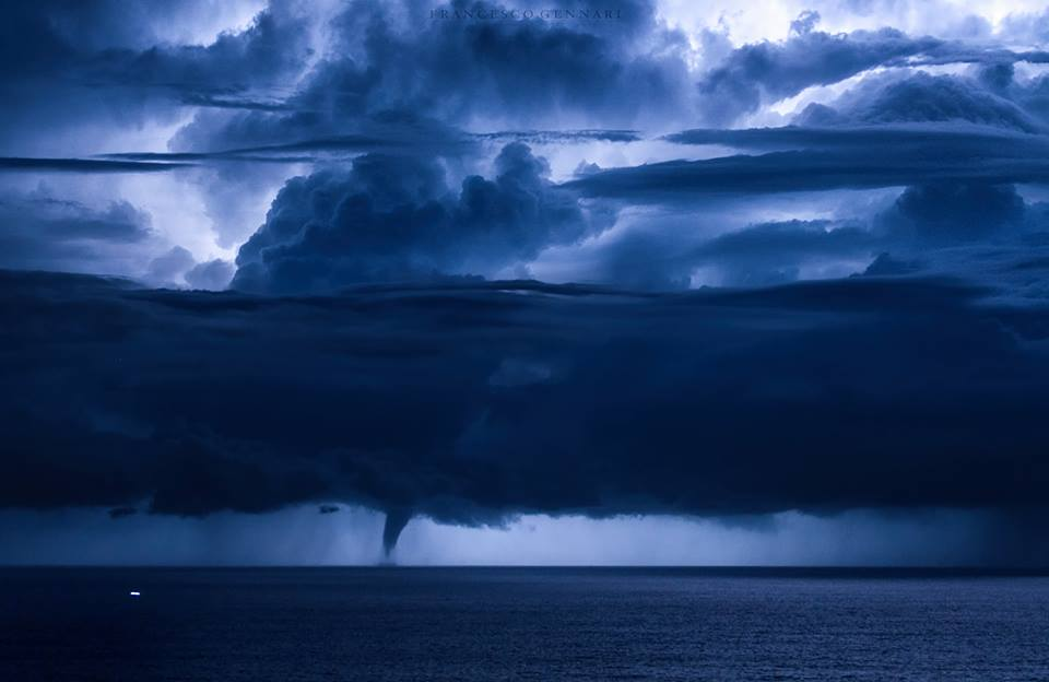 waterspout lightning italy, waterspout lightning italy pictures, waterspout lightning italy photo, waterspout lightningstorm italy