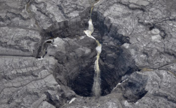 Massive sinkhole drains contaminated water into Florida aquifer, Sinkhole sends millions of gallons of radioactive water into Florida aquifer, Florida sinkhole at Mosaic Co fertilizer site leaks radioactive water, Sinkhole causes radioactive water to flow into Central Florida aquifer, Radioactive water pouring into massive sinkhole in Florida, Massive Sinkhole Contaminates Florida Aquifer Video