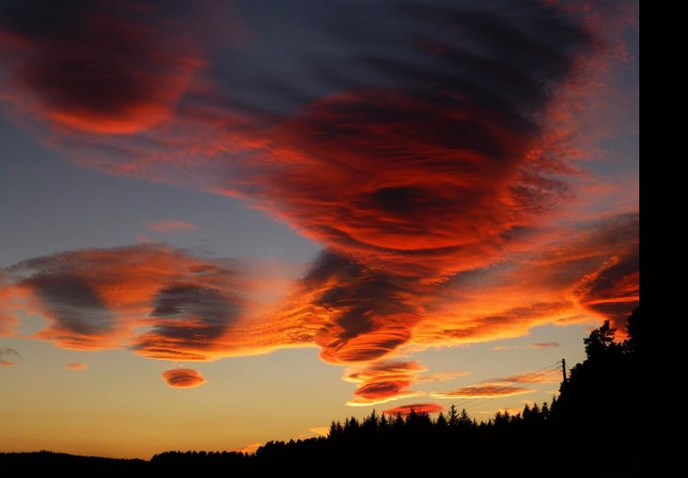 sunset lenticular cloud scotland, bloody sky, bloody skies, bloody lenticular cloud, red lenticular clouds