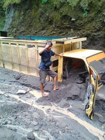 lahar merapi, lahar merapi october 2016, 9 trucks buried by lahar merapi, lahar merapi buries 9 trucks, lahar merapi pictures, lahar merapi video
