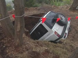 sinkhole australia, sinkhole swallows car australia, sinkhole swallows car adelaide foothills australia